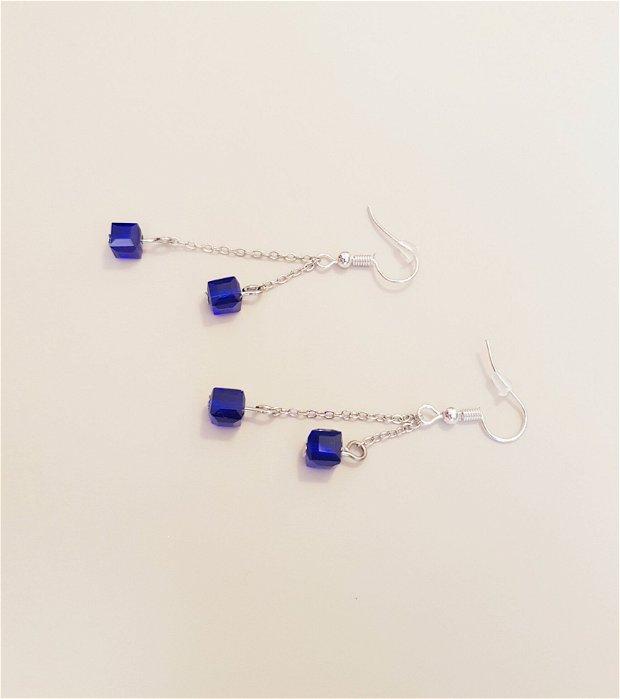 Cercei cu margele in forma de cuburi albastre