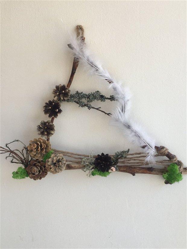 Triunghi decorativ din crengi, licheni, conuri pin, plante uscate