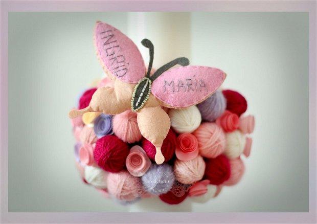 Lumanare de botez, cu gheme, flori din hartie si jucarie din fetru personalizata.