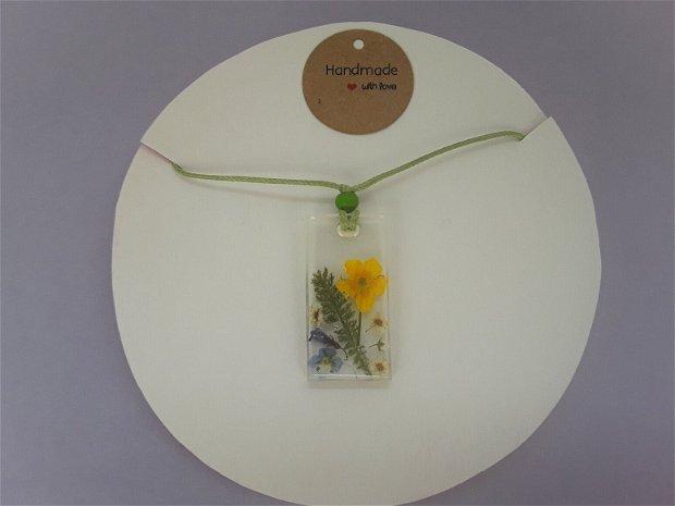 Colier cu pandantiv din rasina si flori naturale