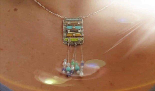 Colier cu pandantiv de autor, tip amuleta, în forma de împletită cu argint fin și baghete colorate de sticla și cu franjuri din pietre naturale (ametist, opal, aventurin, cuart, apatit) , perle de apa dulce