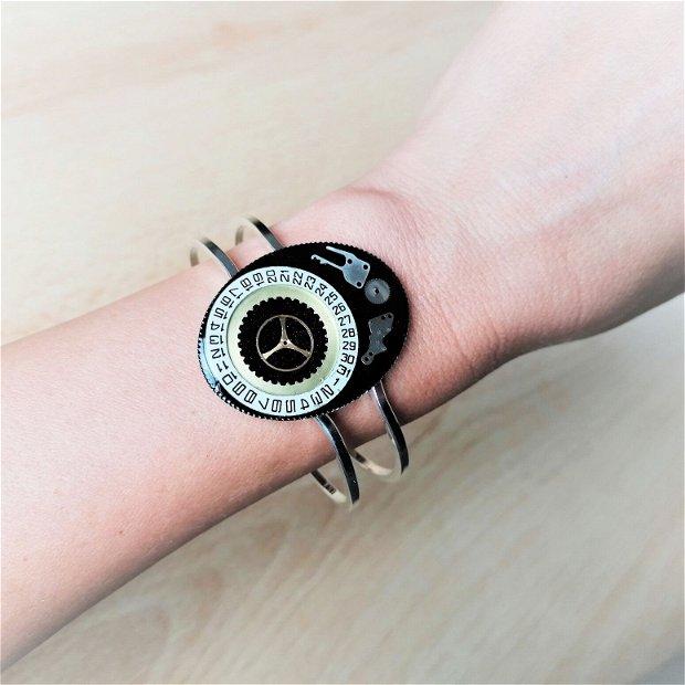 Brățară cu piese de ceas, fixate în rășină