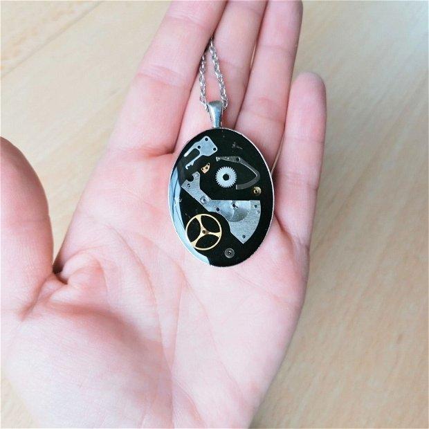 Pandantiv cu piese de ceas fixate în rășină