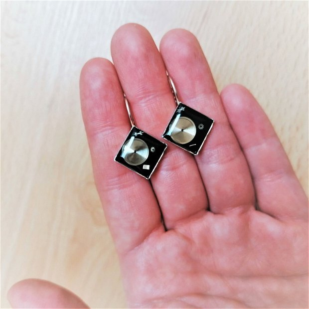 Cercei cu piese de ceas fixate în rășină