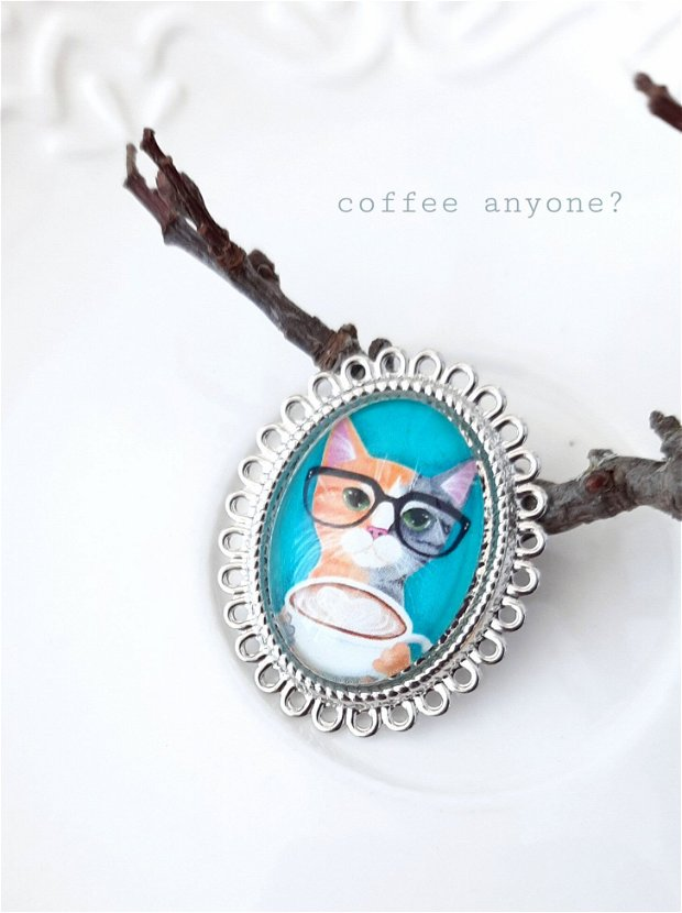 Broșă argintie cu pisică la cafea:)