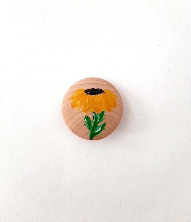 Brosa din lemn cu floarea soarelui