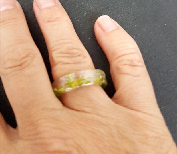 inel unicat din rasina UV transparenta cu flori de camp