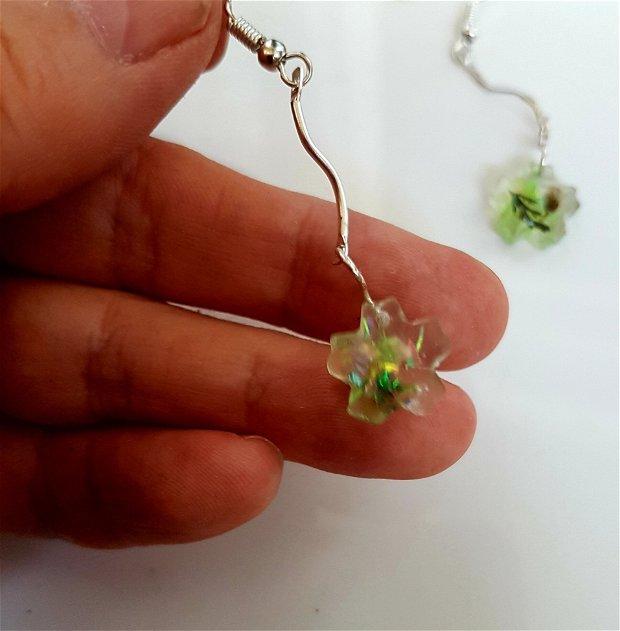 cercei unicat atarnatori, din rășină UV transparenta, in forma de floare, cu flori de camp naturale si paiete de sticla