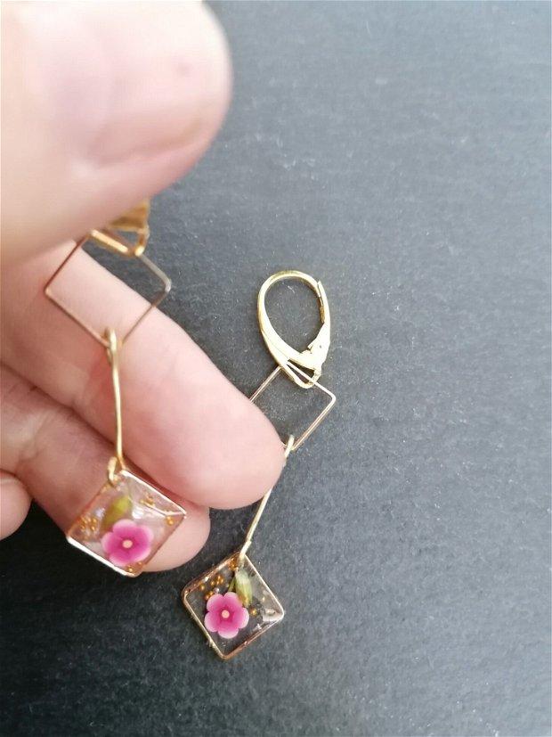 Cercei atarnatori, tip cadru auriu cu flori naturale și de polymerclay prinse în rășină UV transparenta