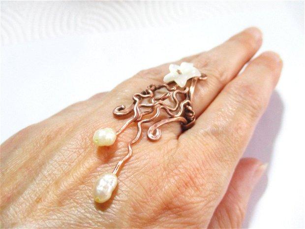 Inel supradimensionat din cupru, floare sidef si perle de cultura