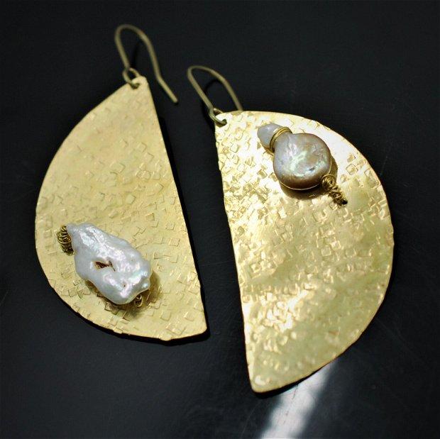 Cercei texturati din alama  si perle baroc, cercei statement
