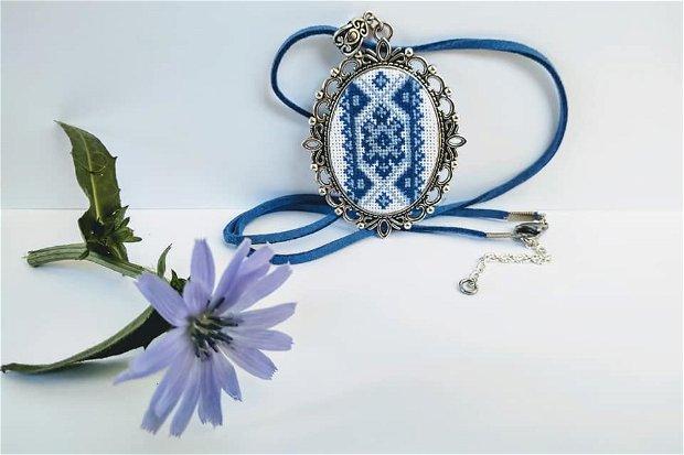 Medalion cusut manual cu model traditional romanesc