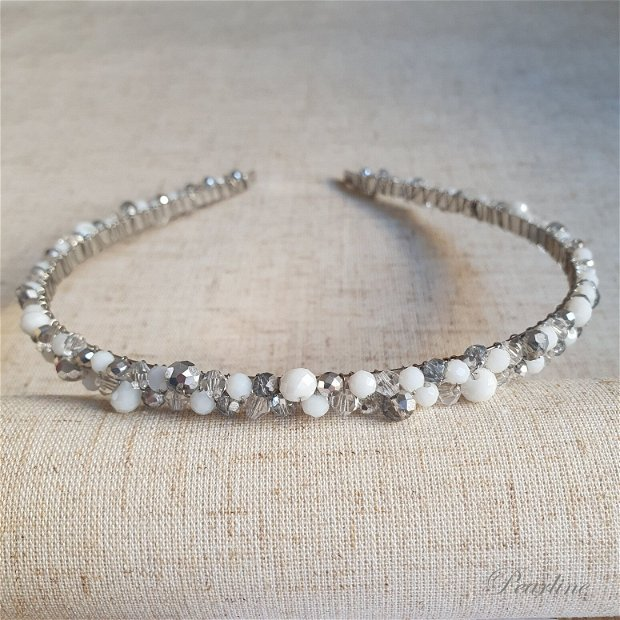 Cordeluta handmade de par cu cristale, alb cu argintiu