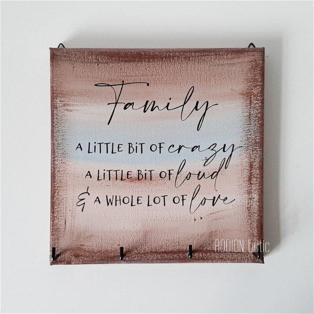 Cuier pentru chei, pictat manual cu mesaj family