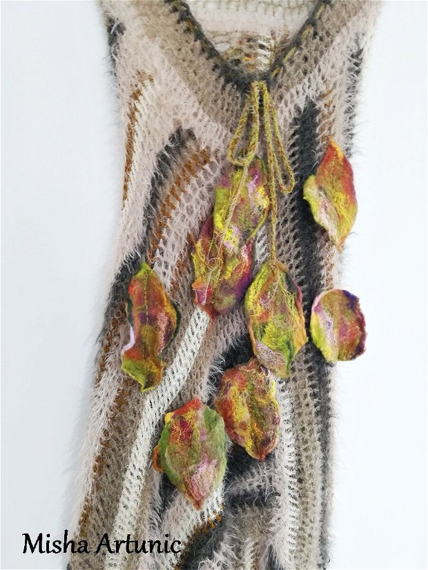 Poncho crosetat cu frunze impaslite