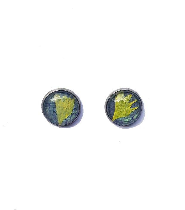 Cercei de sticla din petale galbene pe fond albastru, cu montura din inox