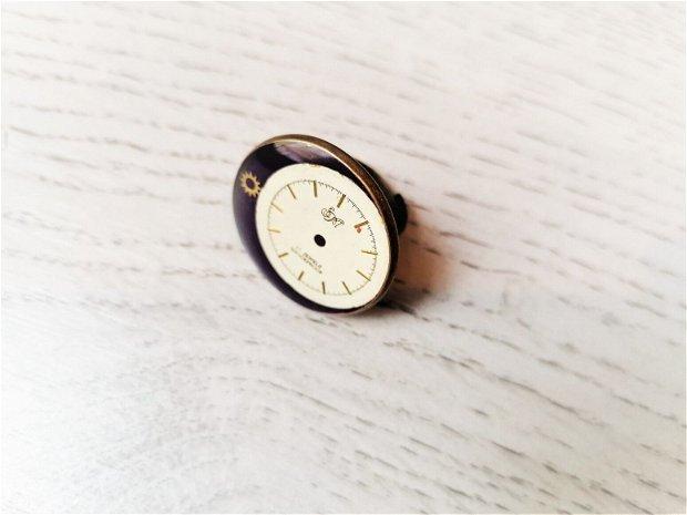 Inel cu piese de ceas fixate în rășină