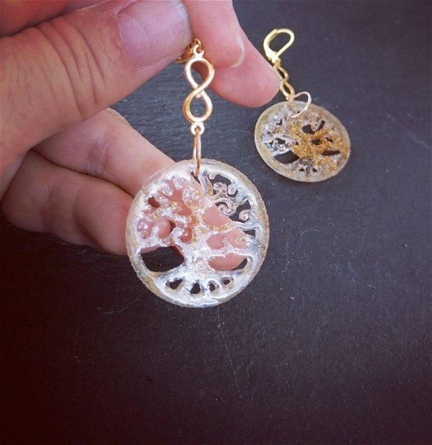 cercei unicat in forma de pomul vietii, din rasina transparenta cu paiete aurii si  accesorii metalice aurii