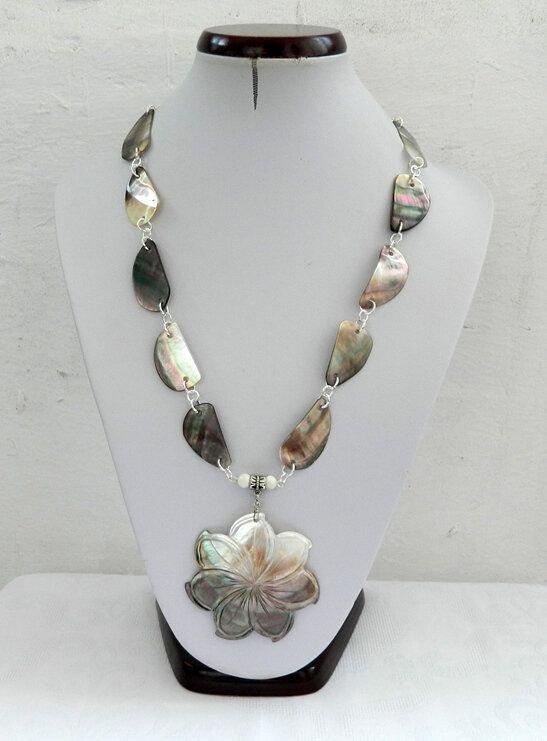 Colier sidef alb - gri cu floare gravată