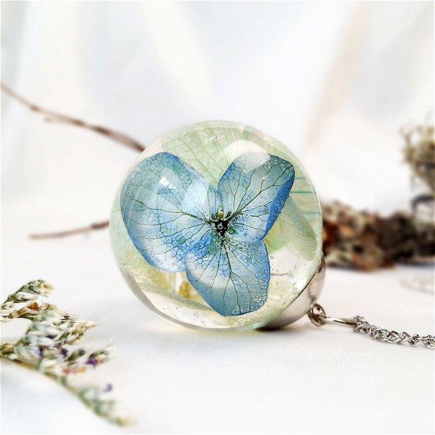 Hortensie 30mm, Pandantiv cu flori uscate presate hortensii albastre, plante in rasina, medalion sfera cu flori