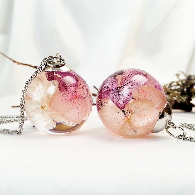 Hortensie 30mm, Pandantiv cu flori uscate presate hortensii roz mov, plante in rasina, medalion sfera cu flori