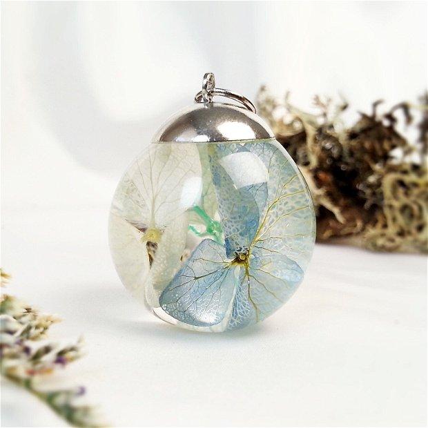 Hortensie 25mm, Pandantiv cu flori uscate presate hortensii albastre, plante in rasina, medalion sfera cu flori