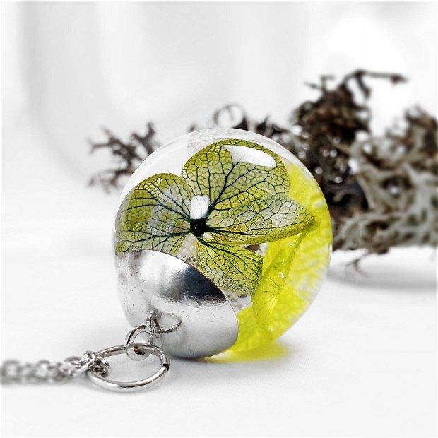 Hortensie 25mm, Pandantiv cu flori uscate presate hortensii, plante in rasina, medalion sfera cu flori