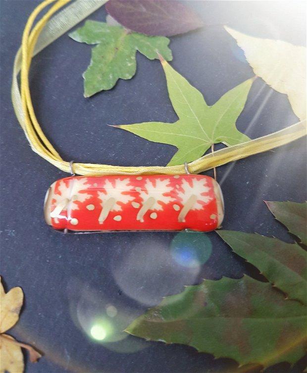 pandantiv dreptunghiular din sticla fuzionata pictata cu frunze de stejar, pe fond rosu