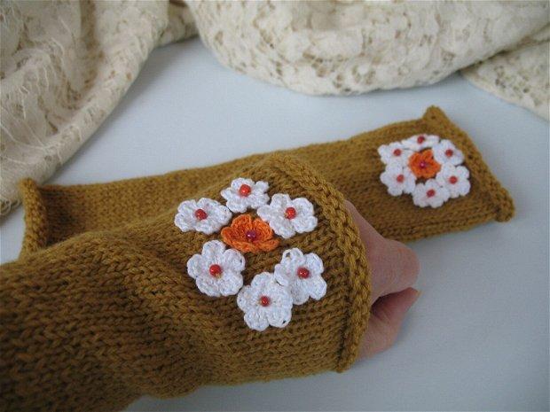 Mansete/manusi tricotate cu aplicatii crosetate