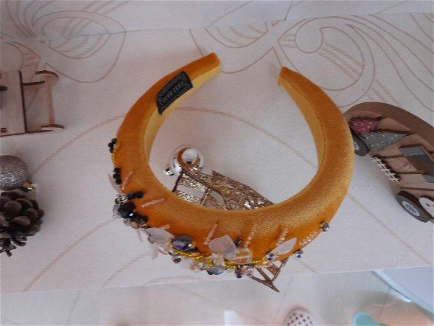 Coronita /diadema/ cordeluta cristale fatetate si accesorii metalice model 3