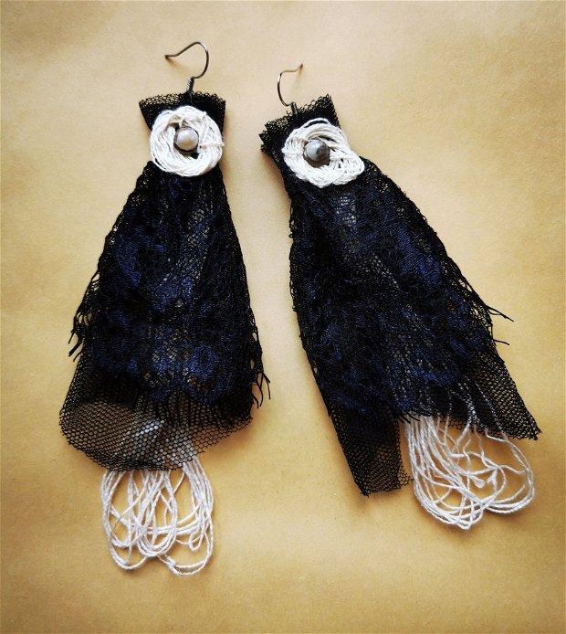 Cercei handmade lungi din dantela Chantilly neagra cu margele de amazonit si ata organica de canepa