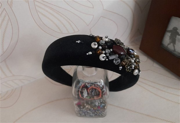 Coronita /diadema/ cordeluta cristale fatetate si accesorii metalice model 9