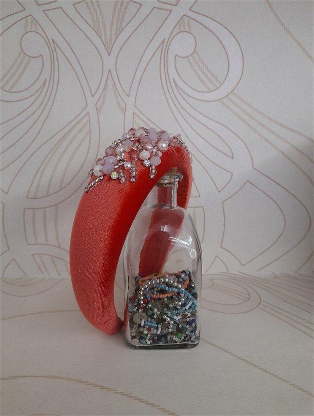 Coronita /diadema/ cordeluta cristale fatetate si accesorii metalice model 12