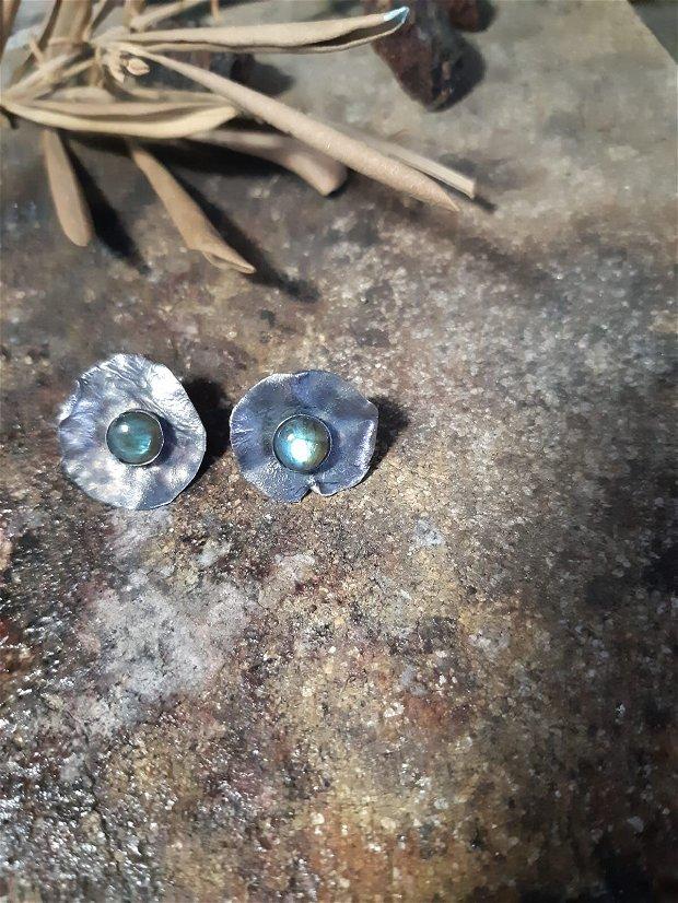 Cercei cu tija din argint reticulat, partial oxidat si cabochoane de labradorit