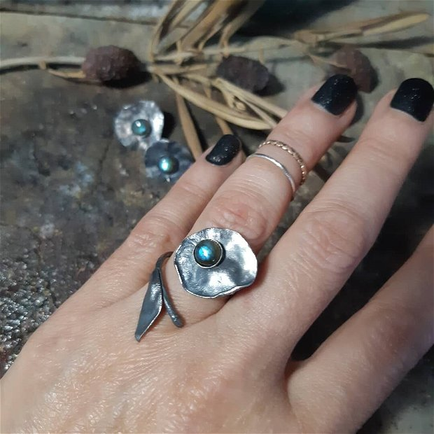Inel din argint 925 partial oxidat si reticulat si cabochon din labradorit