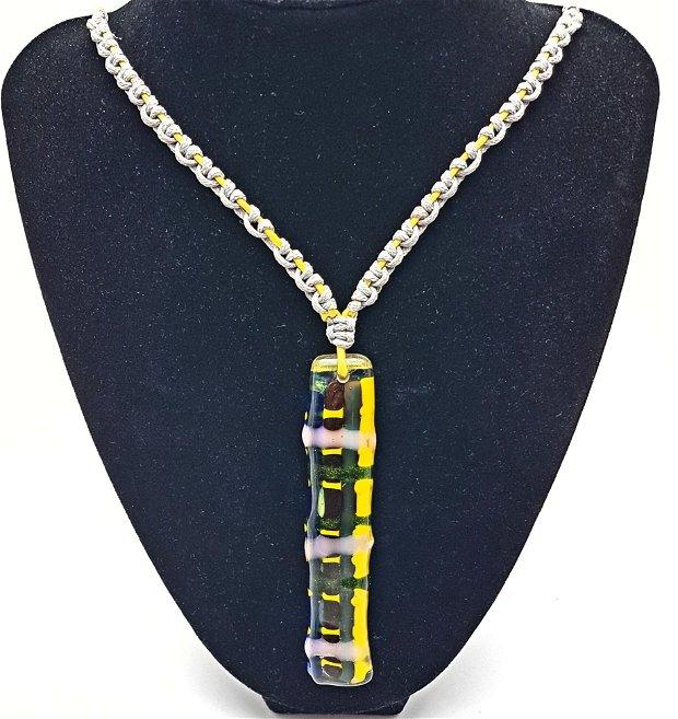 pandantiv de autor, in forma de cravata de sticla țesută , cu colier de snur galben si argintiu, impletite in tehnica micromacrame