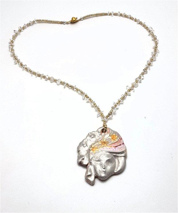 Craiasa zapezii, colier unicat cu pandantiv ceramic glazurat, pictat cu argint fin si fulgi din argint 999, prins pe colier din chipsuri de cuart transparent si margele japoneze