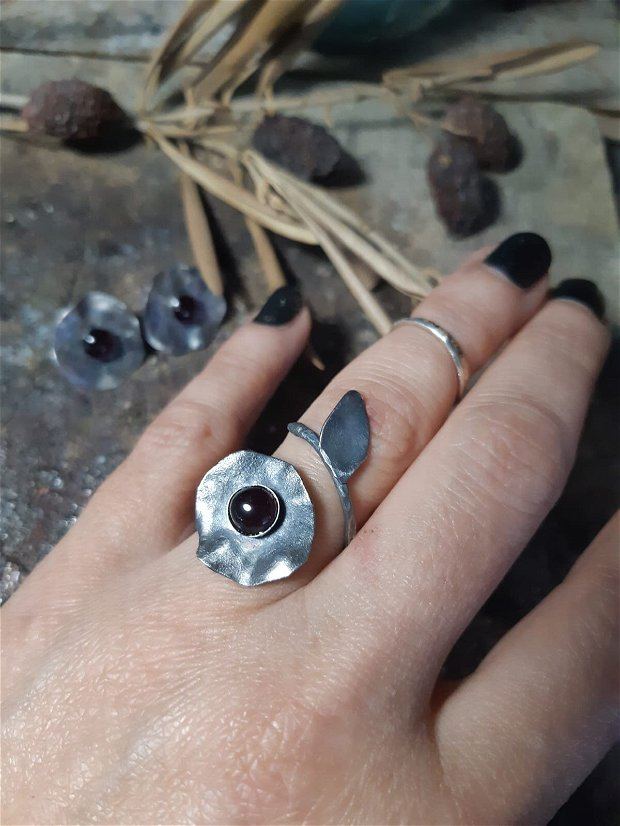Inel din argint 925 partial oxidat si reticulat si cabochon din granat