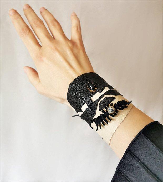 Bratara lata din piele bej-crem si negru cu aplicatii textile negre si margele, manseta de piele, bratara din piele naturala