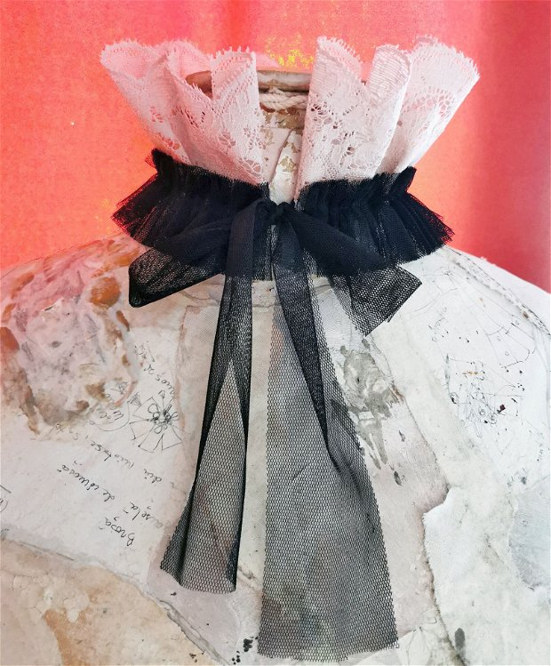 Choker/Guler/Colier din dantela si tulle cu aplicatii de margele, guler cu volane si trandafir handmade Tudor style, guler renascentist, guler Pierrot