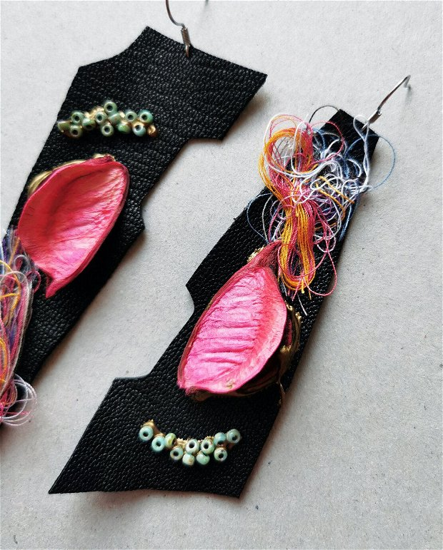 Cercei din piele cu frunza roz si ata decorativa, cercei statement asimetrici, cercei din piele naturala, cercei lungi, cercei usori mari