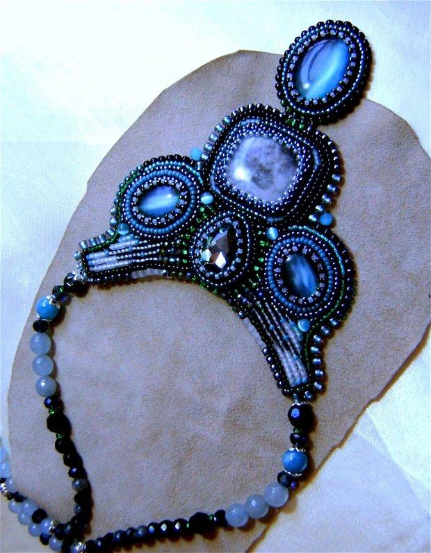 Colier unic, bleu-gris cu spoturi smarald, podoabe pe viata