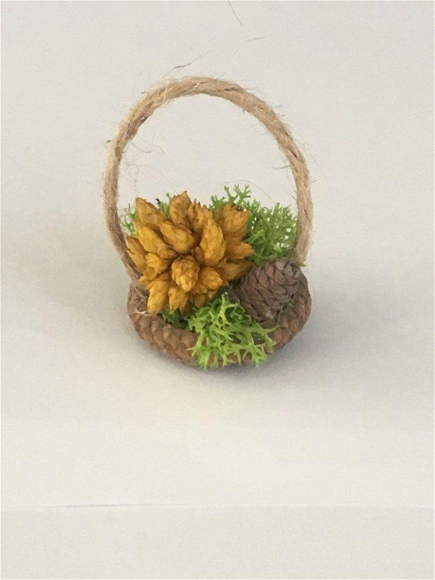 Martisoare/Mărturii licheni Mini coșulețe din ghinda sau coaja de nuca -cu flori uscate , licheni stabilizati , flori uscate, miniconuri pin