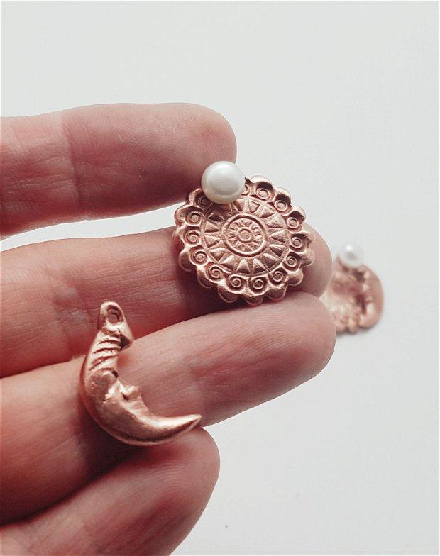 cercei unicat cu tema cosmica, din argint 925, bronz rosu si cupru, cu pin si multiple modalitati de combinare a elementelor componente (perla naturala, luna, soare)