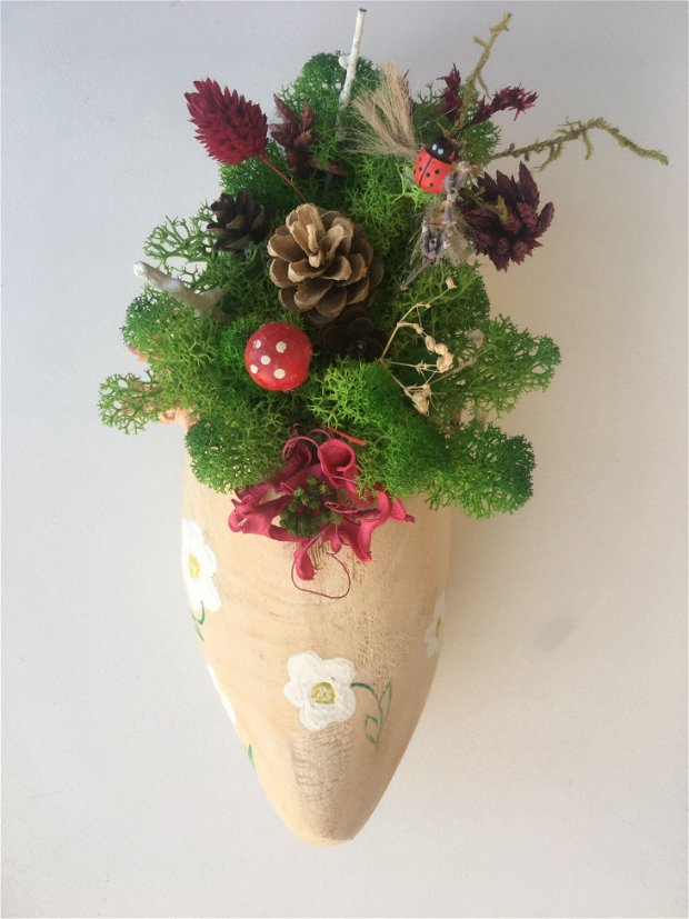Aranjament floral in sabot lemn, cu licheni stabilizati, plante uscate, flori uscate