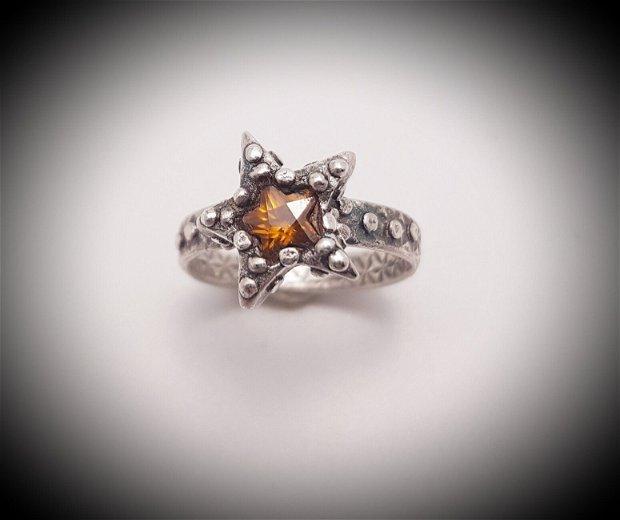 inel unicat din argint pur, cu un zirconiu in forma de stea montat intr-o stea si bratara texturata cu stele pe ambele parti