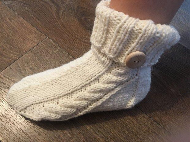 Ciorapi tricotati/șosete tricotate/din lana alba cu nasture din lemn