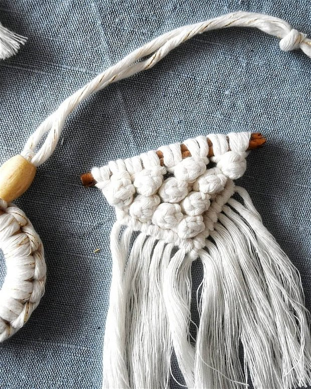 Decoratiuni de Craciun pe bat de scortisoara