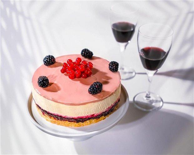 Tort Mousse de ciocolata alba ,mure si ruby chocolate