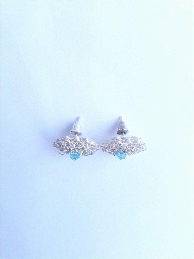 Cercei argintati cu surub-cupru placat cu argint, margele de sticla bleu